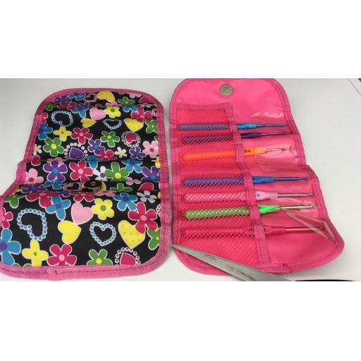Crochet kit and case with 6 hooks